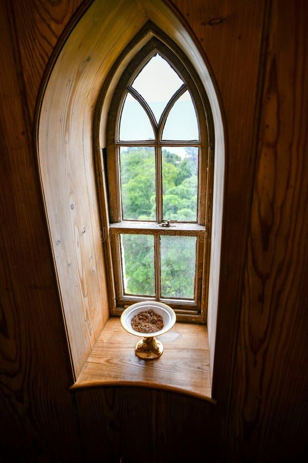 Visión por dentro del castillo de Dunrobin en la ventana decorativa foto de archivo libre de regalías