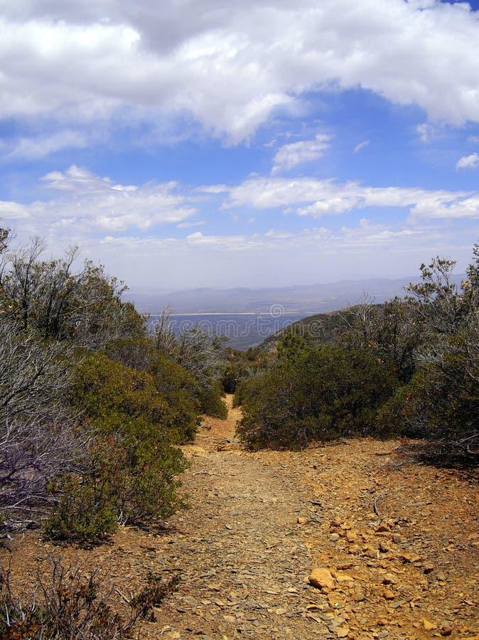 Visión que mira detrás abajo de una pista de senderismo hacia un valle abajo fotos de archivo libres de regalías