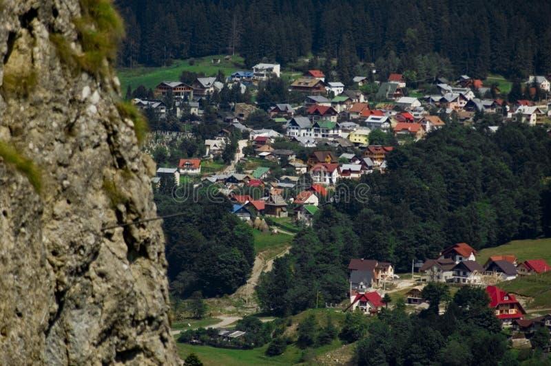 Visión que pasa por alto la aldea de Busteni, Rumania imagen de archivo