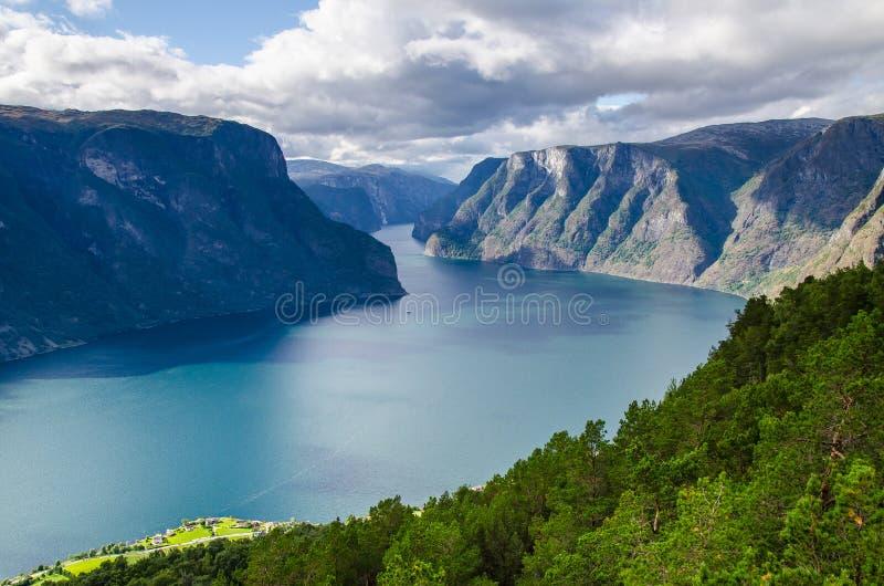 Visión que sorprende para el puesto de observación de Stegastein con una navegación del bote pequeño en el Aurlandfjord imágenes de archivo libres de regalías