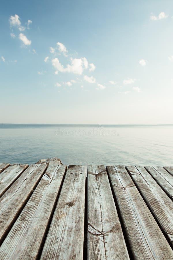 Visión serena desde el embarcadero al lago foto de archivo libre de regalías