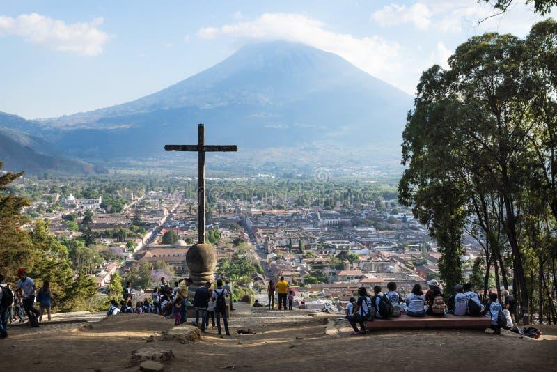 Visión sobre Antigua de Cerro de la Cruz, Antigua, Guatemala imagen de archivo