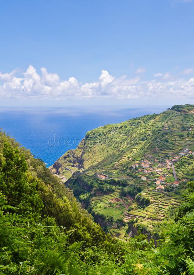Visión sobre campos y terrazas únicos en Madeira fotos de archivo