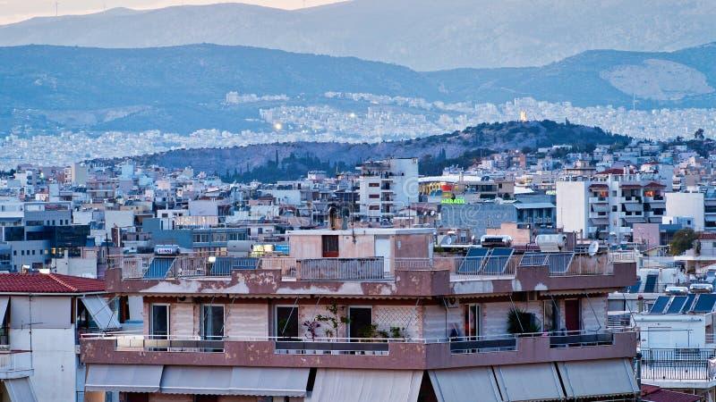 Visión sobre casas suburbanas de alta densidad al golfo de Saronic, Atenas, Grecia fotos de archivo