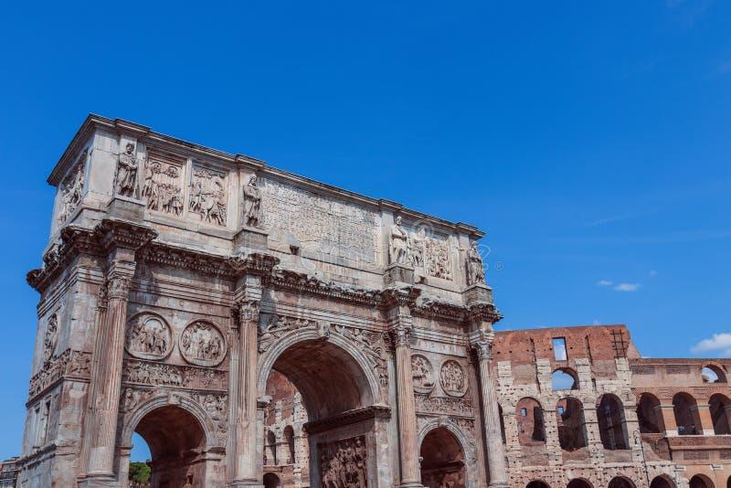 Visión sobre Colosseum y el arco de Constantina foto de archivo