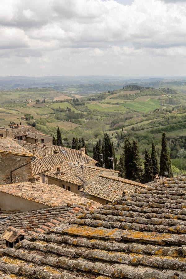 Visión sobre edificios típicos viejos, tejas de tejado y las colinas de la Toscana foto de archivo libre de regalías