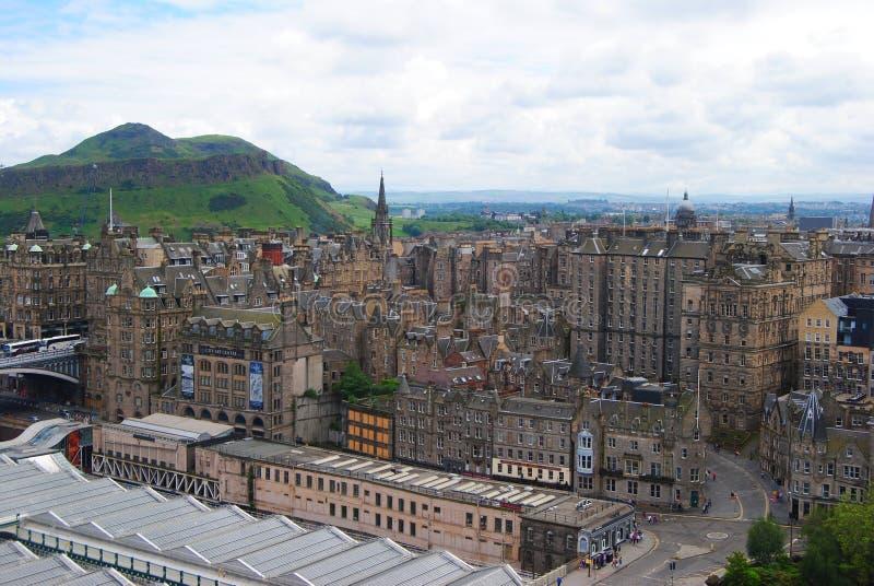 Visión sobre Edimburgo hacia los riscos de Salisbury foto de archivo