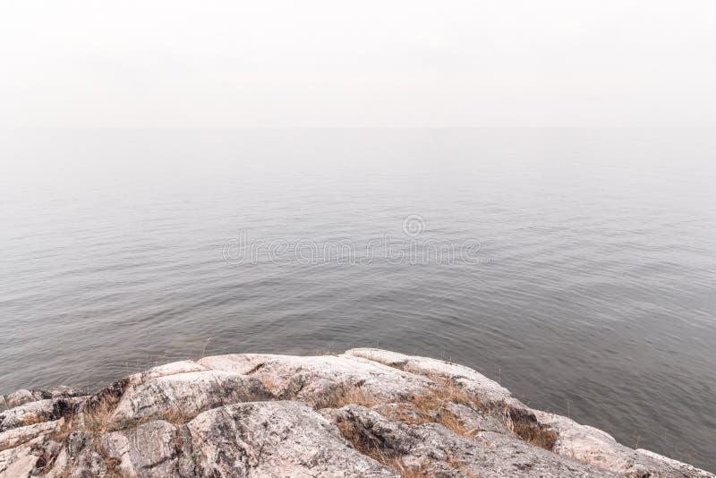 Visión sobre el agua brumosa tranquila imágenes de archivo libres de regalías