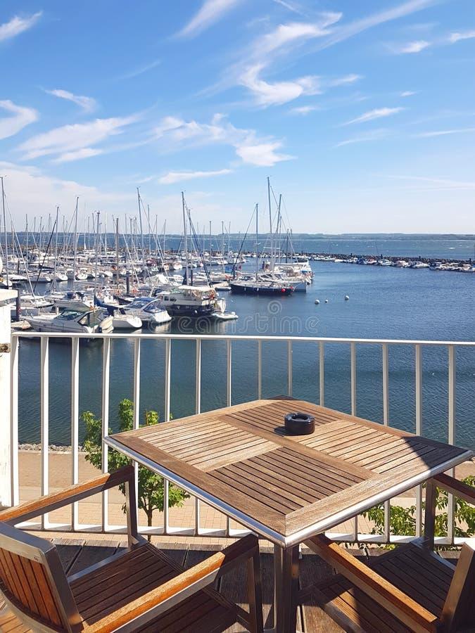 Visión sobre el balcón del puerto deportivo foto de archivo