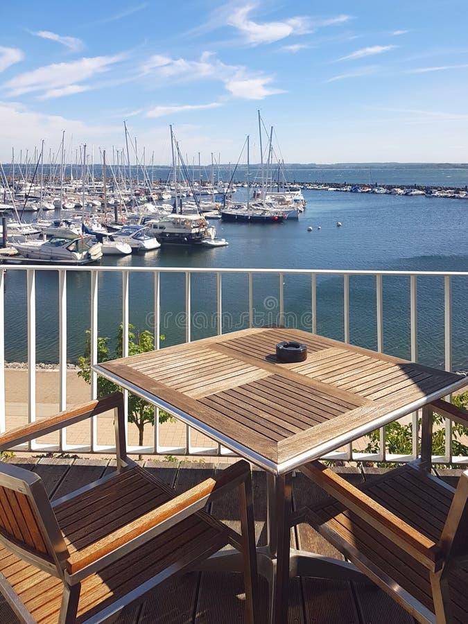 Visión sobre el balcón del puerto deportivo fotos de archivo