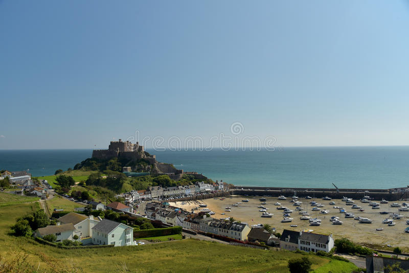 Visión sobre el castillo y el puerto, jersey de Gorey foto de archivo