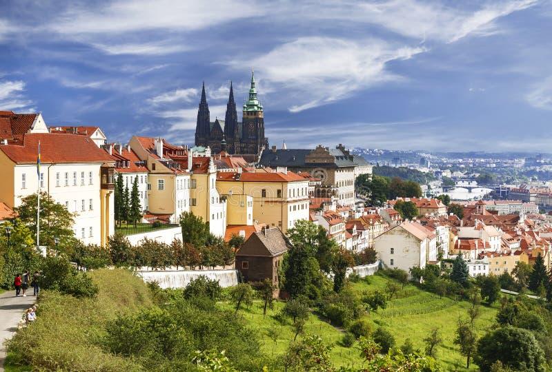 Visión sobre el centro histórico de Praga con el castillo, fotos de archivo
