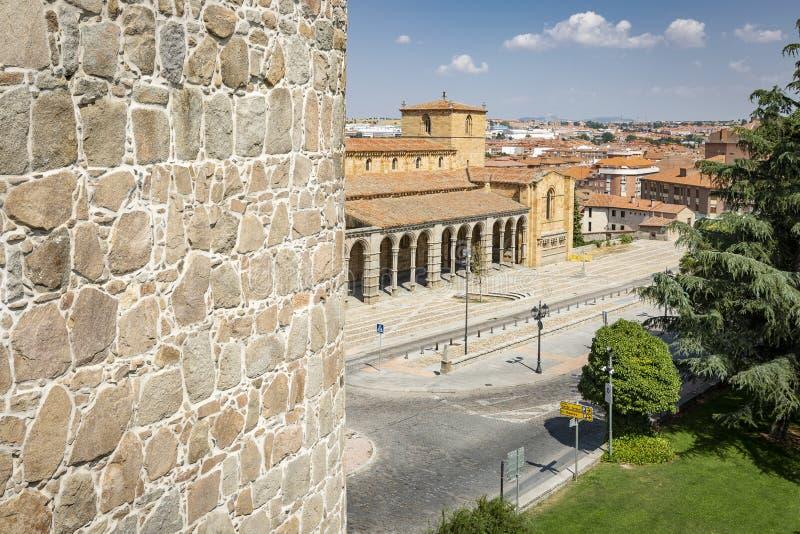 Visión sobre el cuadrado de San Vicente y la basílica en Ávila fotos de archivo libres de regalías