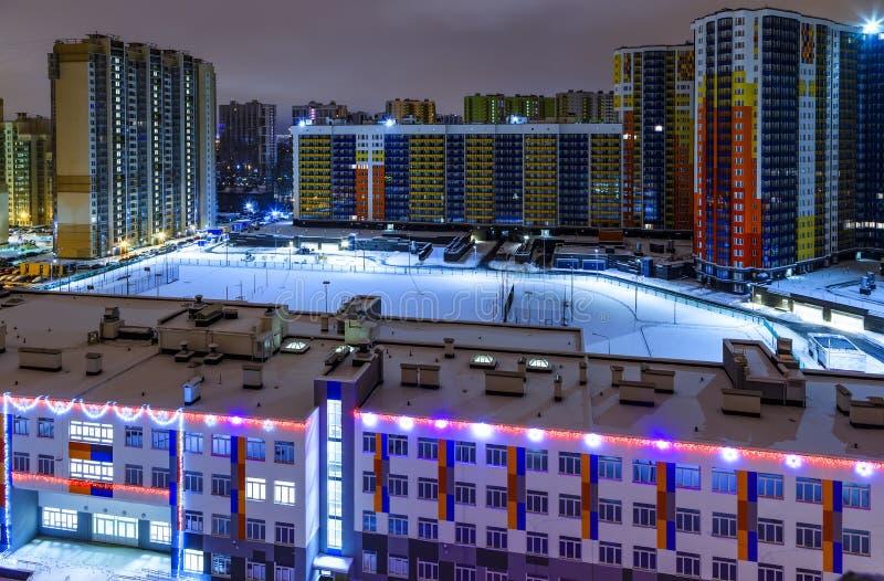 Visión sobre el edificio público sobre área del dormitorio en St Petersburg, Rusia imagen de archivo