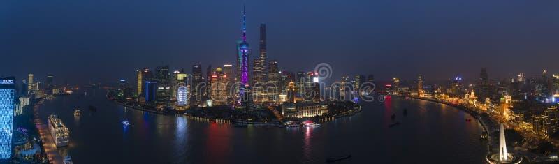 Visión sobre el horizonte del río Huangpu y de Pudong en la noche, Shangai foto de archivo