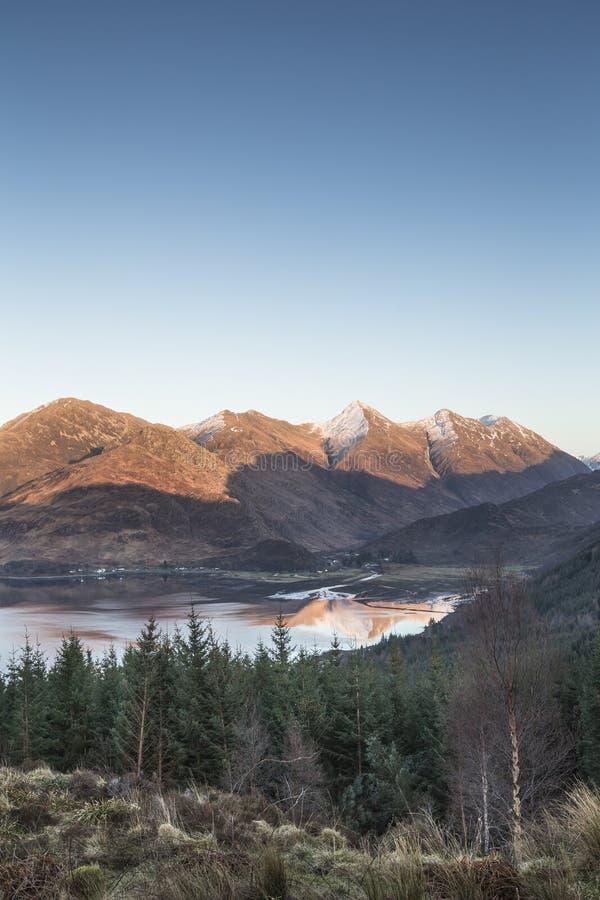Visión sobre el lago Duich y las cinco hermanas de Kintail en Escocia fotos de archivo libres de regalías