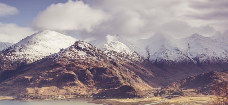 Visión sobre el lago Duich y las cinco hermanas de Kintail en las montañas de Escocia fotografía de archivo