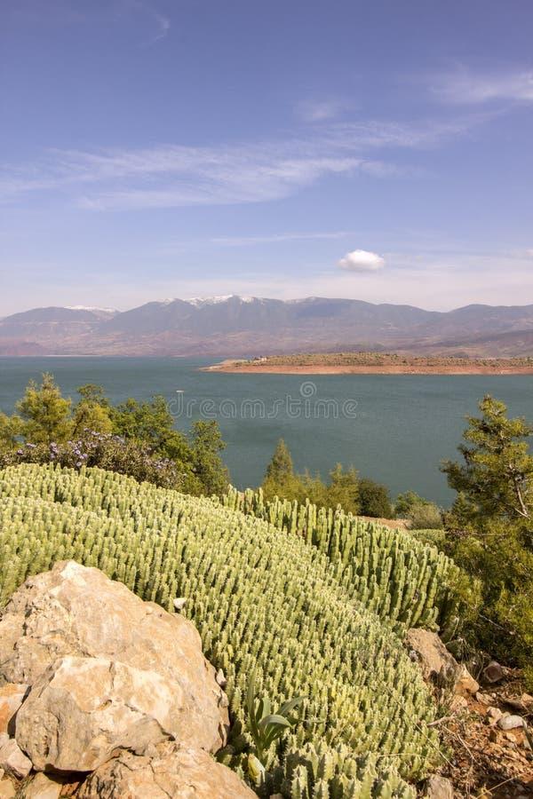 Visión sobre el lago EL-Ouidane del compartimiento de la presa, alto atlas imagen de archivo