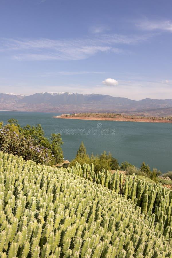 Visión sobre el lago EL-Ouidane del compartimiento de la presa, alto atlas foto de archivo libre de regalías