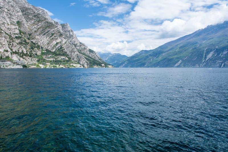 Download Visión sobre el lago Garda foto de archivo. Imagen de paisaje - 42435370