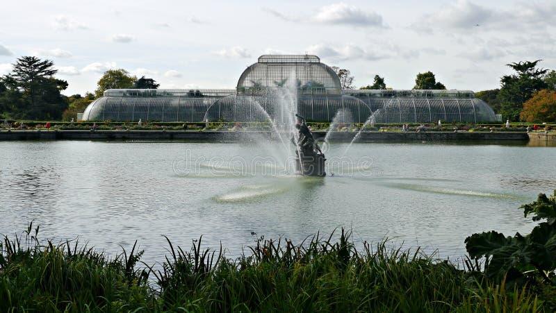 Visión sobre el lago hacia la casa de palma en los jardines botánicos del kew en Surrey imagen de archivo