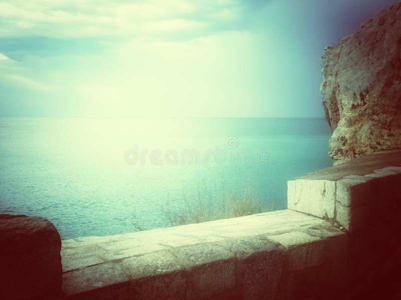 Visión sobre el mar en luz mística fotos de archivo