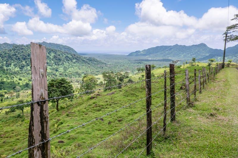Visión sobre el paisaje de colinas y de campos en la isla central de Upolu, imagen de archivo libre de regalías