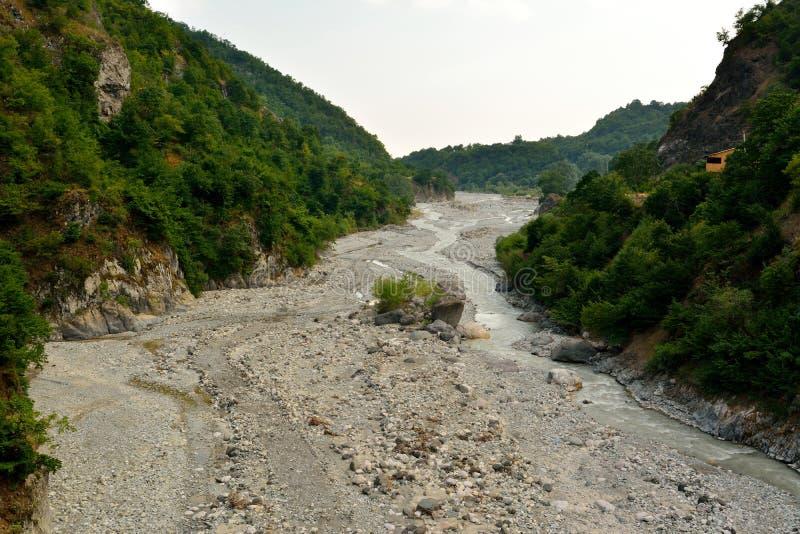 Visión sobre el río de Girdimanchay cerca de Lahic, río de Azerbaijan s Girdimancay cerca de Lahic, Azerbaijan foto de archivo