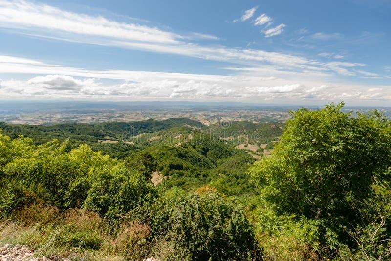 Visión sobre el valle de Rhone y las montañas del Ardeche y foto de archivo