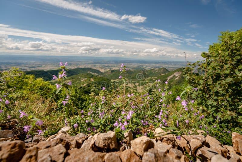 Visión sobre el valle de Rhone y las montañas del Ardeche y imagen de archivo libre de regalías