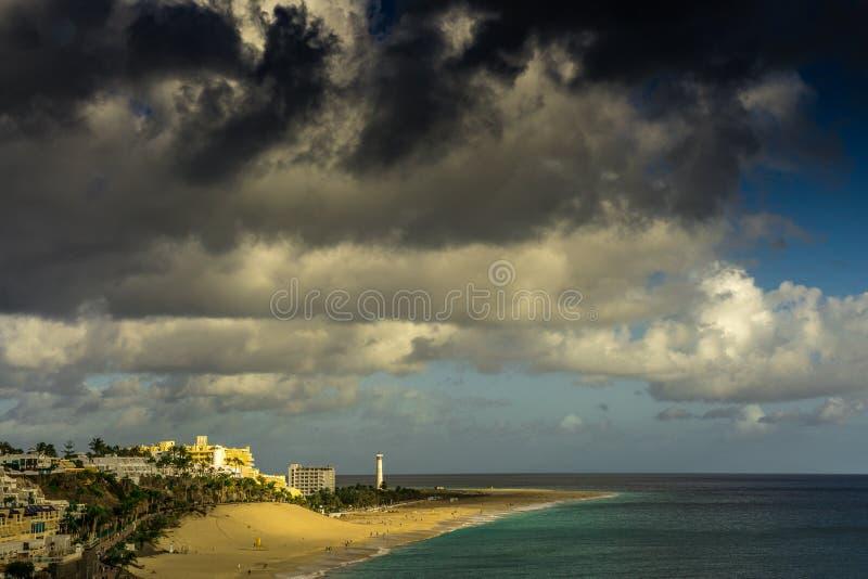 Visión sobre Jandia Fuerteventura con las nubes de lluvia oscuras fotos de archivo