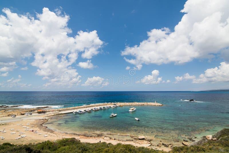 Visión sobre la bahía en la región de Paphos, Chipre imagen de archivo