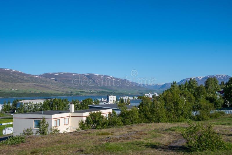 Visión sobre la ciudad de Akureyri en Islandia fotografía de archivo libre de regalías