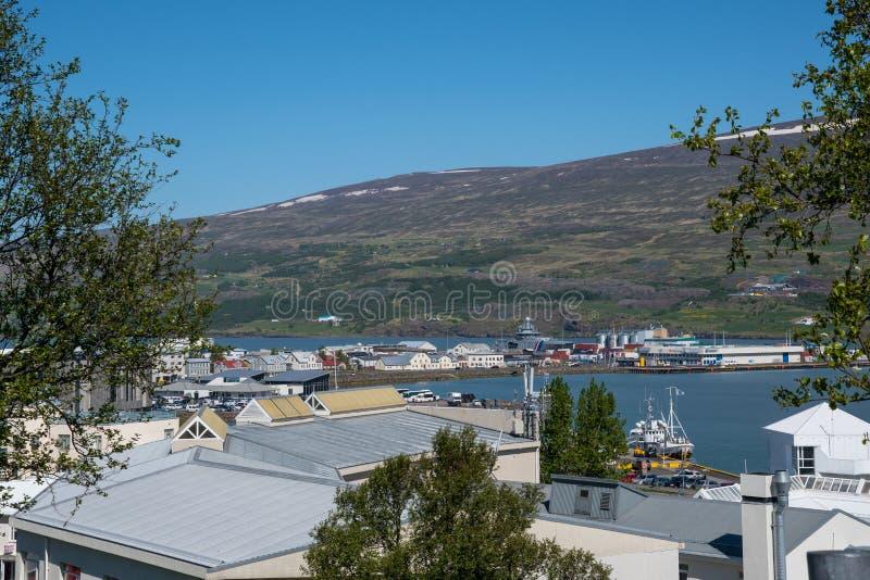 Visión sobre la ciudad de Akureyri en Islandia foto de archivo