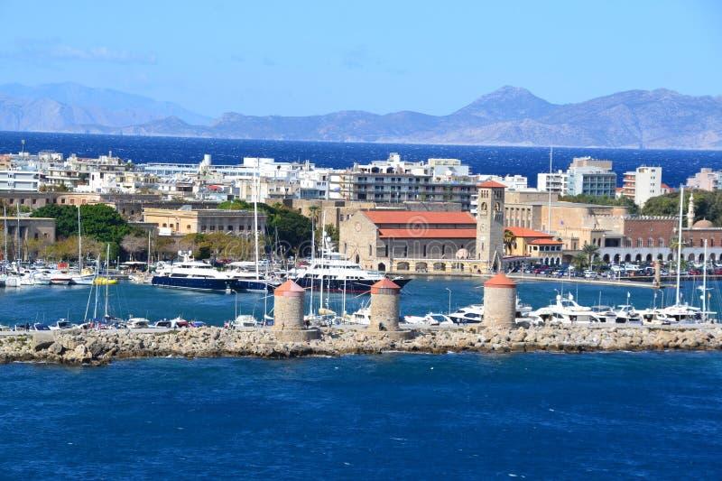Visión sobre la ciudad medieval vieja situada por la costa en la isla griega Rodas fotografía de archivo libre de regalías
