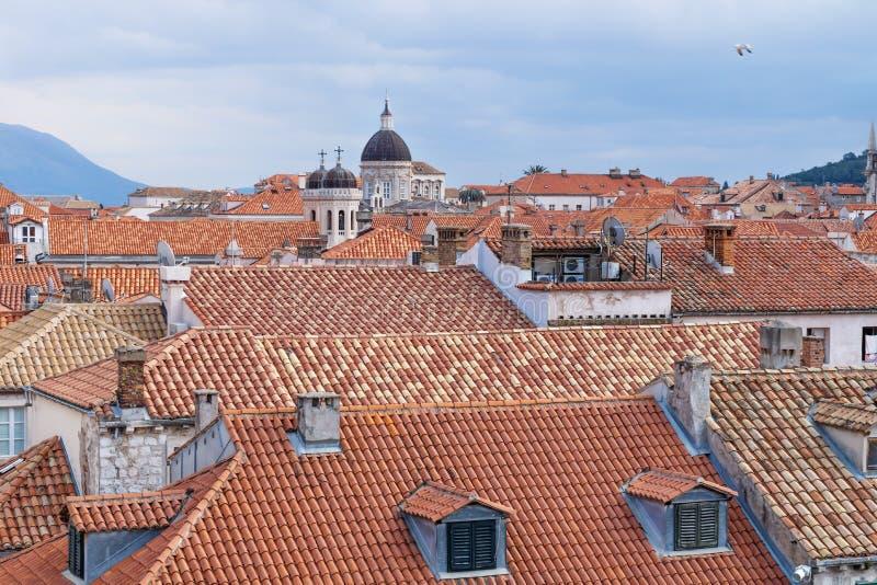 Visión sobre la ciudad vieja Dubrovnik y la catedral en el centro con las montañas, Croacia foto de archivo libre de regalías