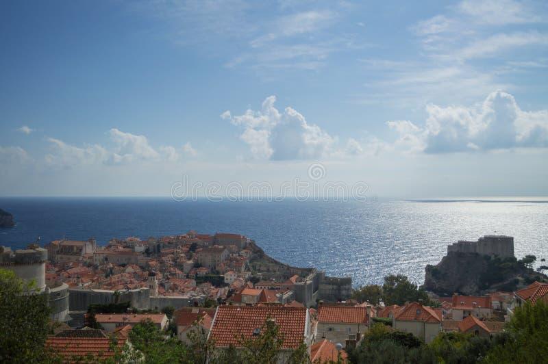 Visión sobre la isla de Lokrum, el fuerte de Lovrijenac y la ciudad vieja de Dubrovnik imagen de archivo