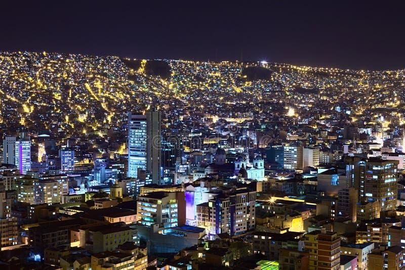 Visión sobre La Paz en Bolivia en la noche imagen de archivo libre de regalías