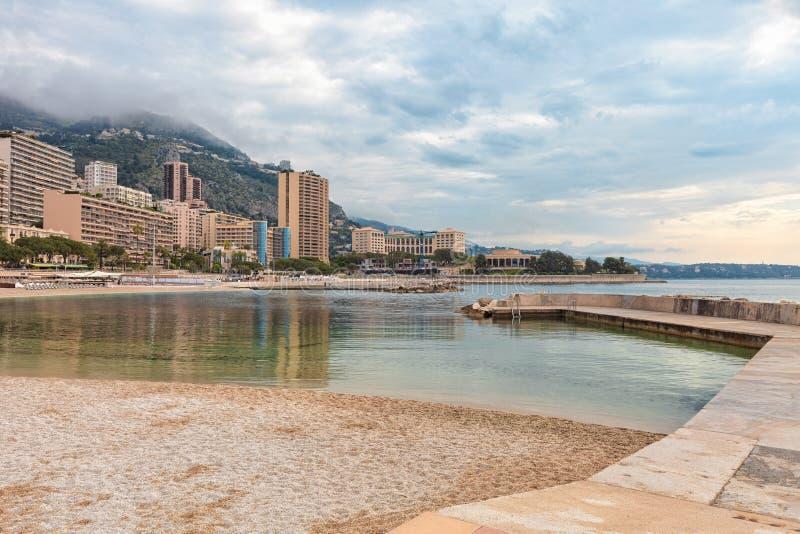 Visión sobre la playa de Mónaco, Cote d'Azur fotos de archivo