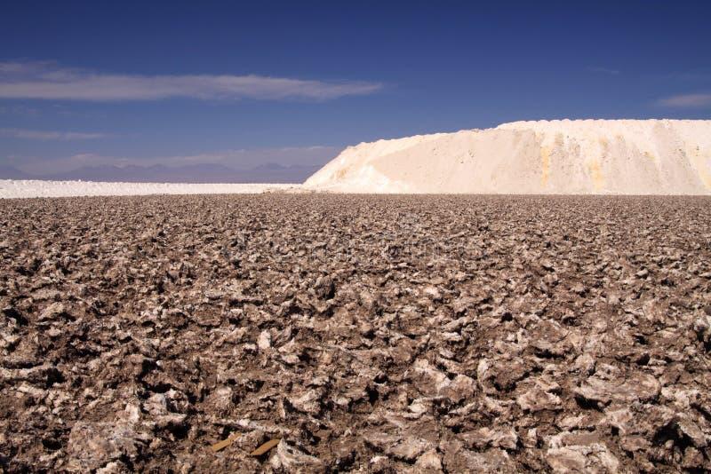 Visión sobre la tierra rugosa estéril en la colina blanca que pone en contraste con el cielo azul - plano de Salar Salt cerca de  fotos de archivo