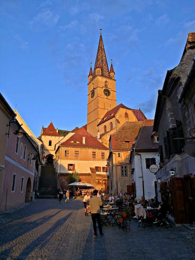 Visión sobre las calles de Sibiu en Rumania en la puesta del sol foto de archivo