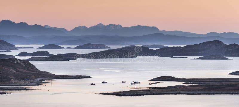 Visión sobre las islas del verano en Althandhu en Escocia imagenes de archivo