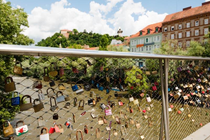 Visión sobre los armarios del amor a la torre de reloj vieja en Schlossberg, colina del castillo, en Graz, Austria imagen de archivo libre de regalías