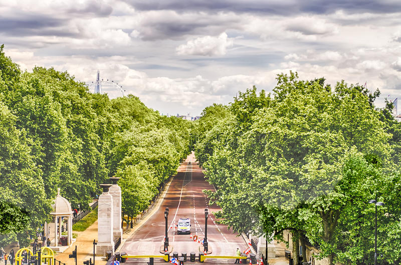 Visión sobre los jardines verdes del parque y del Buckingham Palace, Londres imagen de archivo