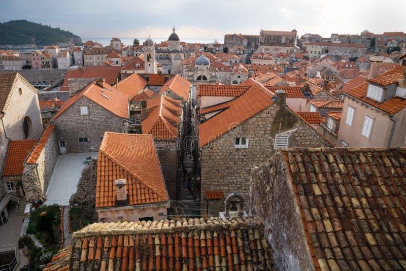 Visión sobre los tejados antiguos de la ciudad vieja Dubrovnik con las torres de iglesia y el océano, Croacia fotos de archivo