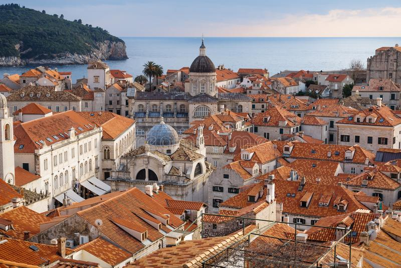 Visión sobre los tejados de la ciudad vieja Dubrovnik con las torres de iglesia, el océano y la isla, Croacia fotos de archivo libres de regalías