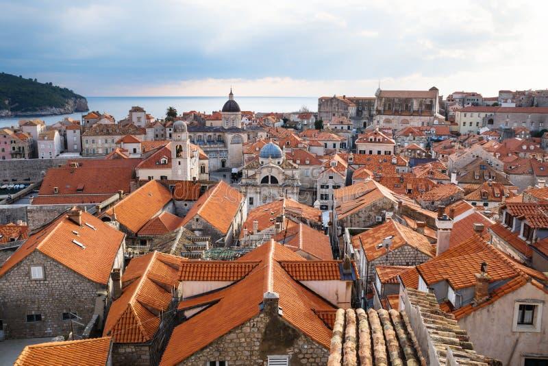 Visión sobre los tejados de la ciudad vieja Dubrovnik con las torres de iglesia y el océano, Croacia fotos de archivo