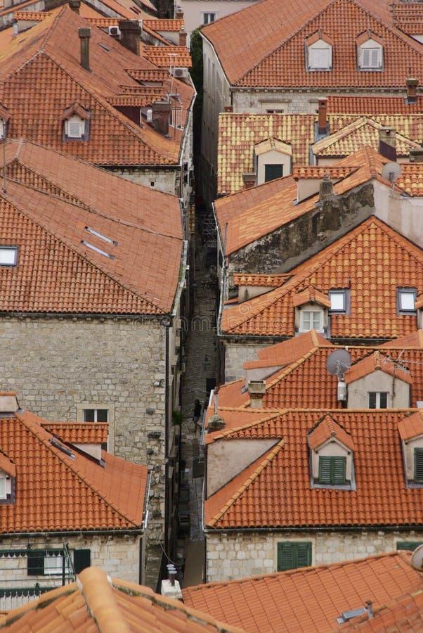 Visión sobre los tejados y la calle en la ciudad vieja de Dubrovnik, coratia fotografía de archivo