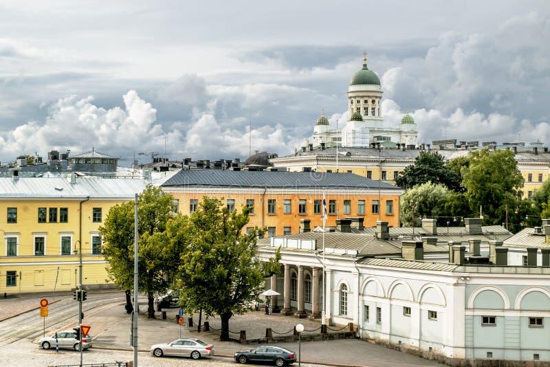Visión sobre los tejados y la catedral en squa del senado de Helsinki imagenes de archivo