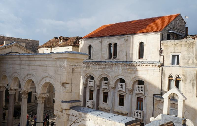 Visión sobre Prothyron y peristilo en el palacio de Diocletian imágenes de archivo libres de regalías
